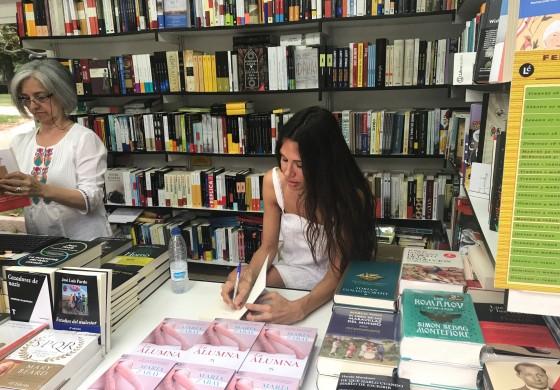 Firmando en la Feria del Libro